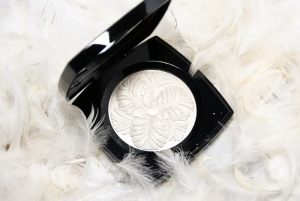 Chanel-Camélia-de-Plumes-Highlighting-Powder-review